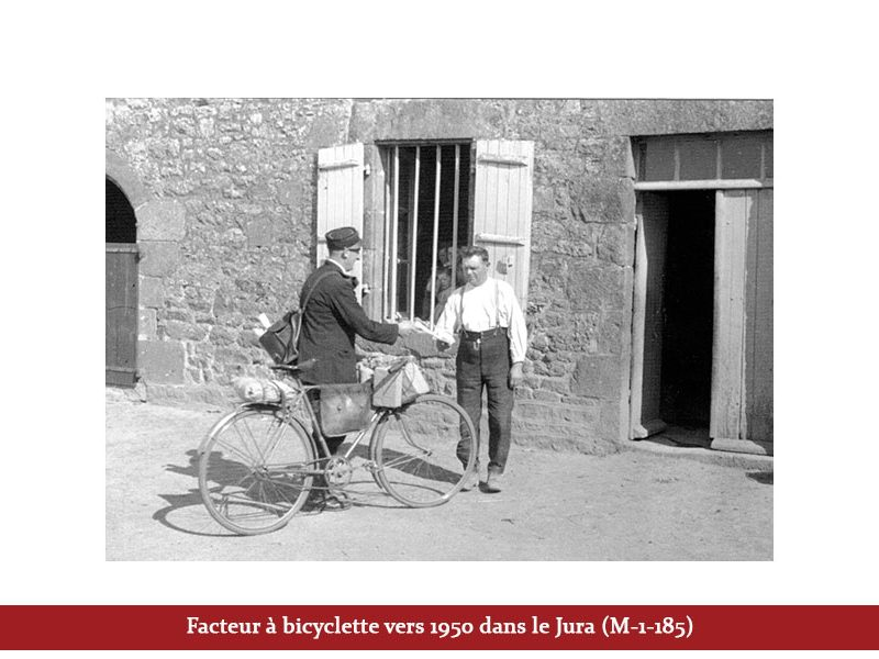 Facteur à bicyclette vers 1950 dans le Jura (M-1-185)